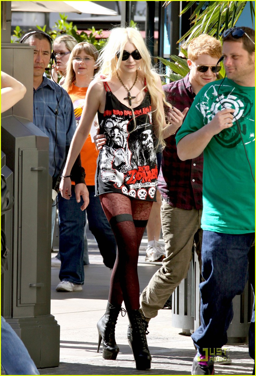 THE PRETTY RECKLESS Taylor-momsen-grove-04