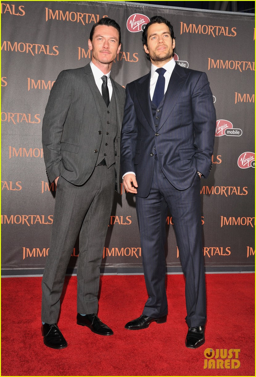 ¿Cuánto mide Luke Evans? - Altura - Real height Henry-cavill-immortals-premiere-05