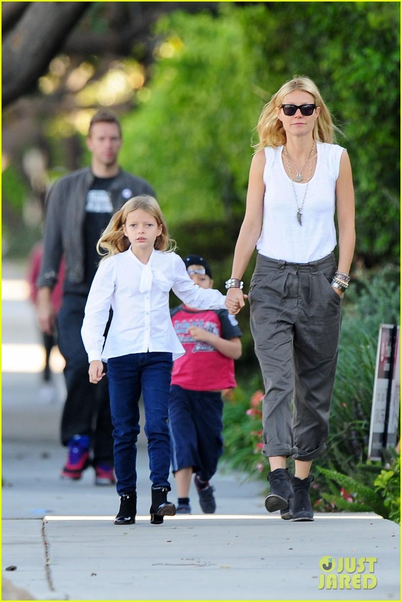 Gwyneth Paltrow / Гвинет Пэлтроу - Страница 4 Gwyneth-paltrow-chris-martin-family-walk-to-school-01