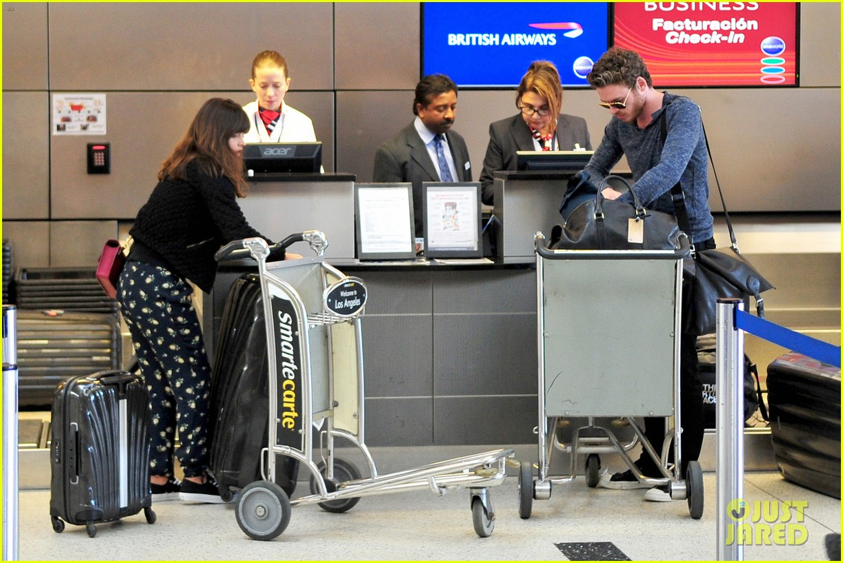 Richard Madden (Robb Stark) - Σελίδα 3 Richard-madden-jenna-coleman-lots-of-luggage-at-lax-28