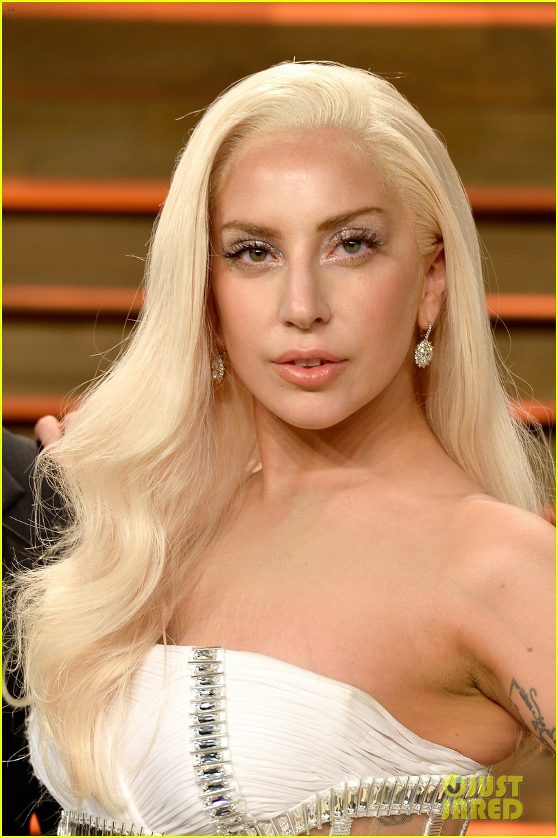 Lady Gaga  - Página 3 Lady-gaga-switches-dress-for-vanity-fair-oscars-party-2014-02