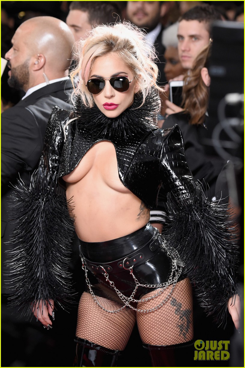 6 - Lady Gaga - Σελίδα 3 Lady-gaga-grammys-2017-red-carpet-look-02
