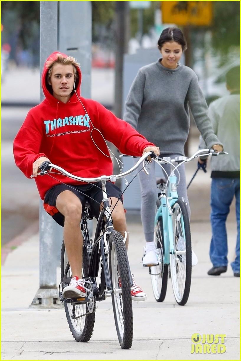 ¿Cuánto mide Justin Bieber? - Altura: 1,73 - Real height - Página 5 Justin-bieber-selena-gomez-bike-ride-together-05
