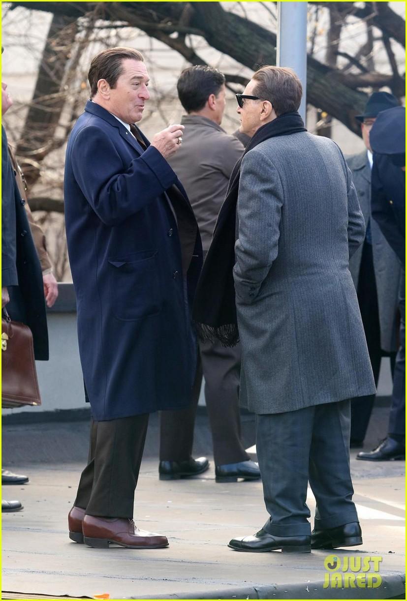¿Cuánto mide Robert de Niro? - Altura - Real height - Página 2 Robert-de-niro-wears-platform-shoes-to-tower-over-al-pacino-05