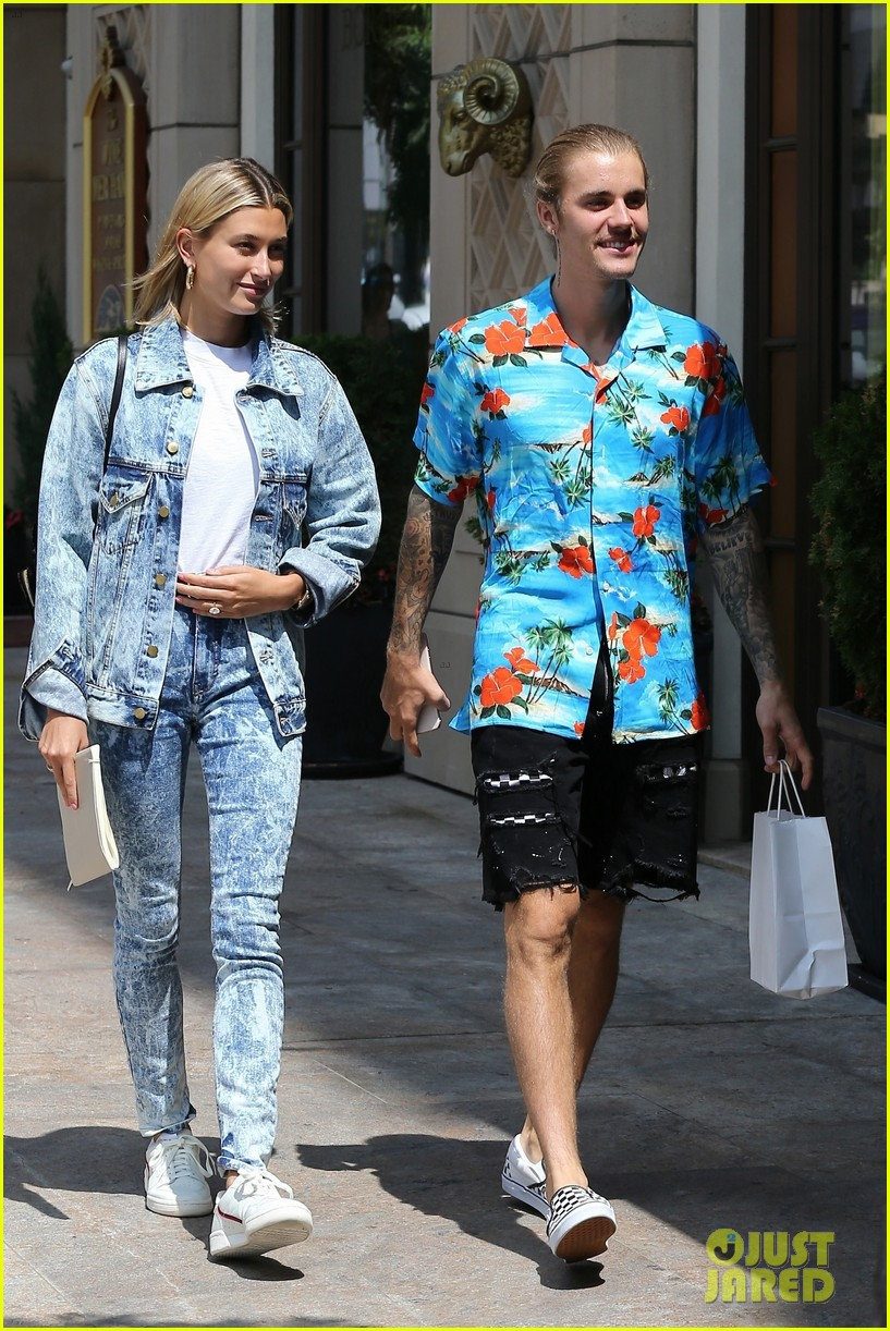 ¿Cuánto mide Justin Bieber? - Altura: 1,73 - Real height - Página 4 Hailey-baldwin-wears-denim-outfit-to-church-with-justin-bieber-38