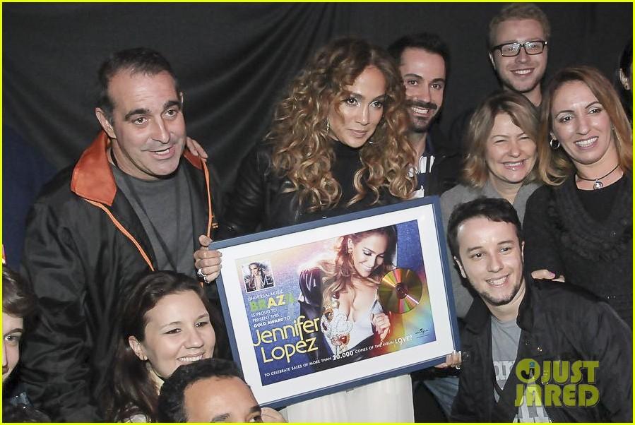 Charts/Ventas 'Love?' (#5 US; #6 UK; #9 AU; #3 ES; #2 UWC) +1M - Página 51 Jennifer-lopez-pre-concert-signing-01