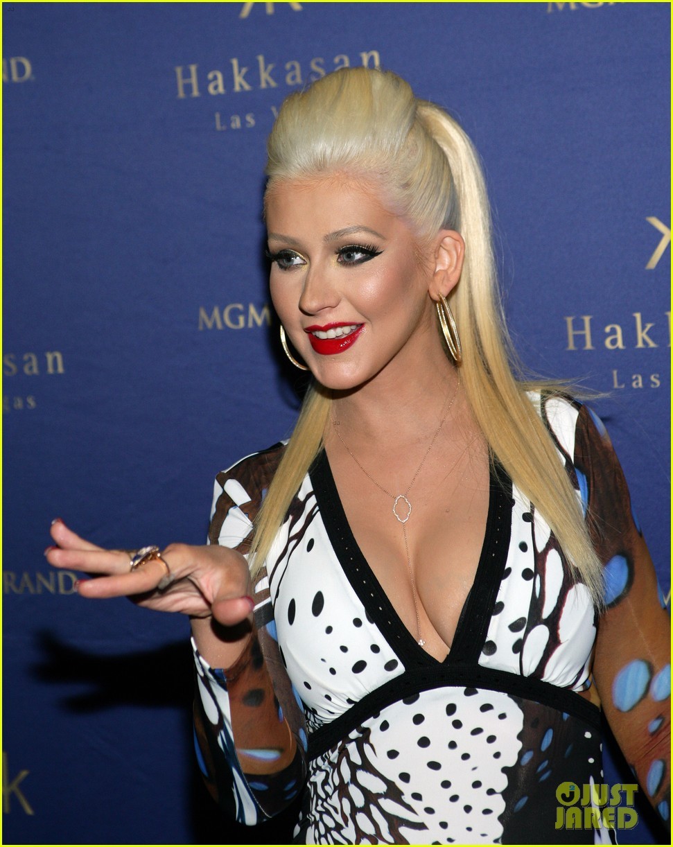 Christina anoche en Hakkasan Nightclub en las Vegas Christina-aguilera-busts-out-of-her-dress-at-hakkasan-celebration-02