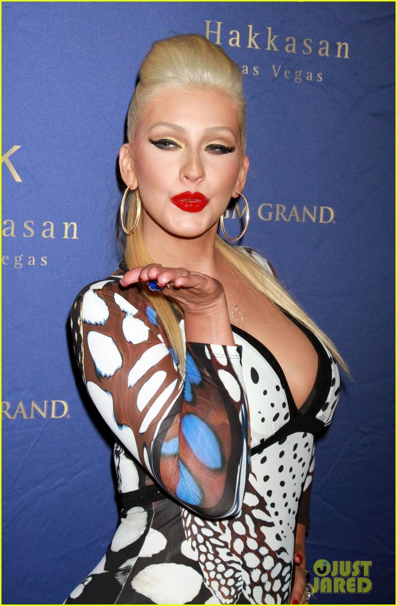 Christina anoche en Hakkasan Nightclub en las Vegas Christina-aguilera-busts-out-of-her-dress-at-hakkasan-celebration-11