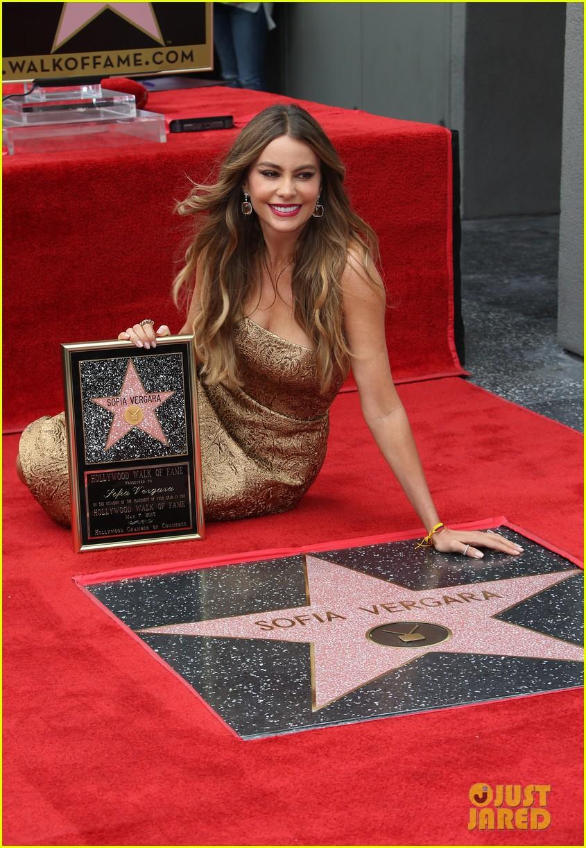 Sofia Vergara y su estrella en el paseo de la fama!  Sofia-vergara-hollywood-walk-of-fame-10