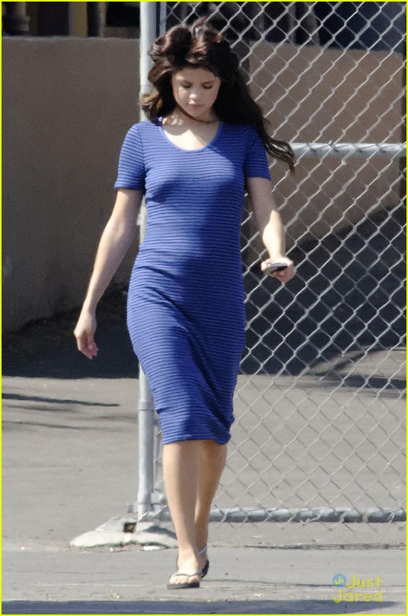 Selena Gomez[5] - Page 3 Selena-gomez-hair-curlers-on-parental-guidance-set-10