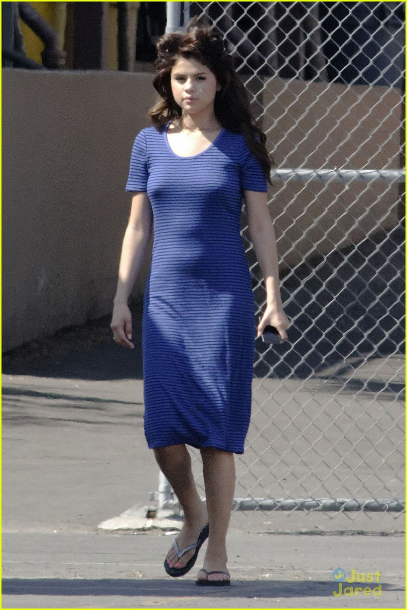 Selena Gomez[5] - Page 3 Selena-gomez-hair-curlers-on-parental-guidance-set-13