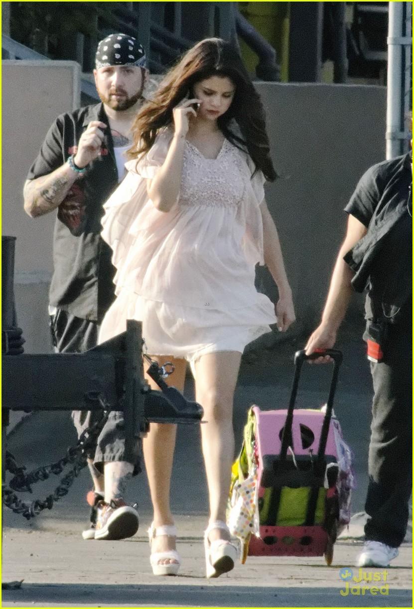 Selena Gomez[5] - Page 3 Selena-gomez-hair-curlers-on-parental-guidance-set-21