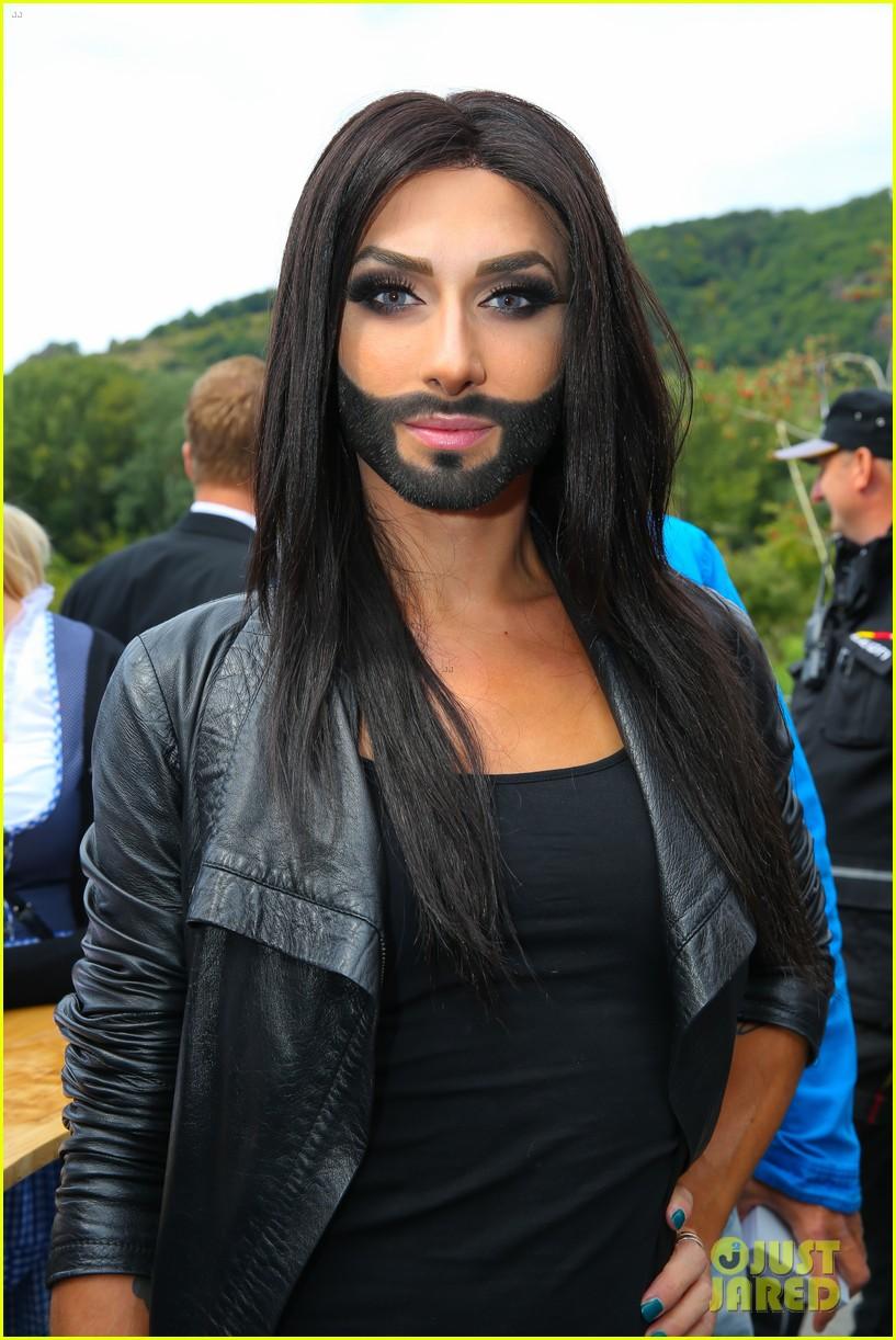Topic WANTED: Les VRAIS raisons du départ des anciens membres Conchita-wurst-bearded-drag-queen-wins-eurovision-02