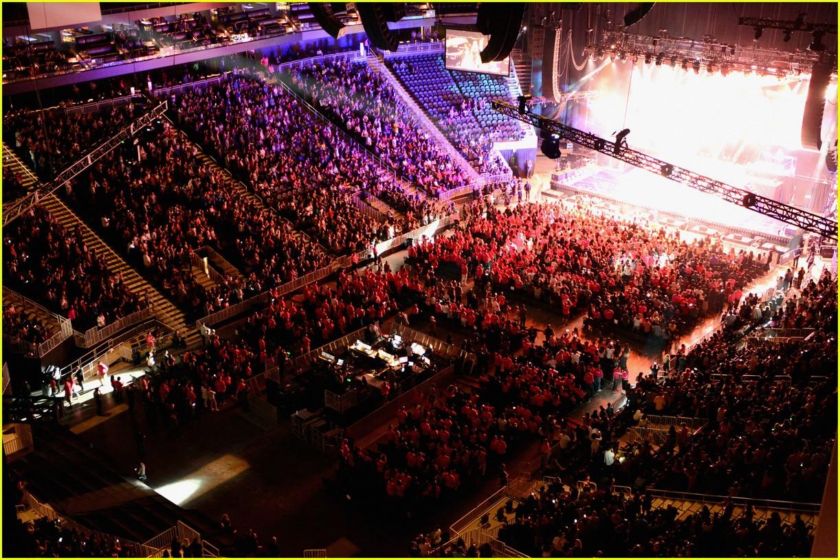 Nicki Minaj Ariana-grande-nicki-minaj-t-mobile-arena-08