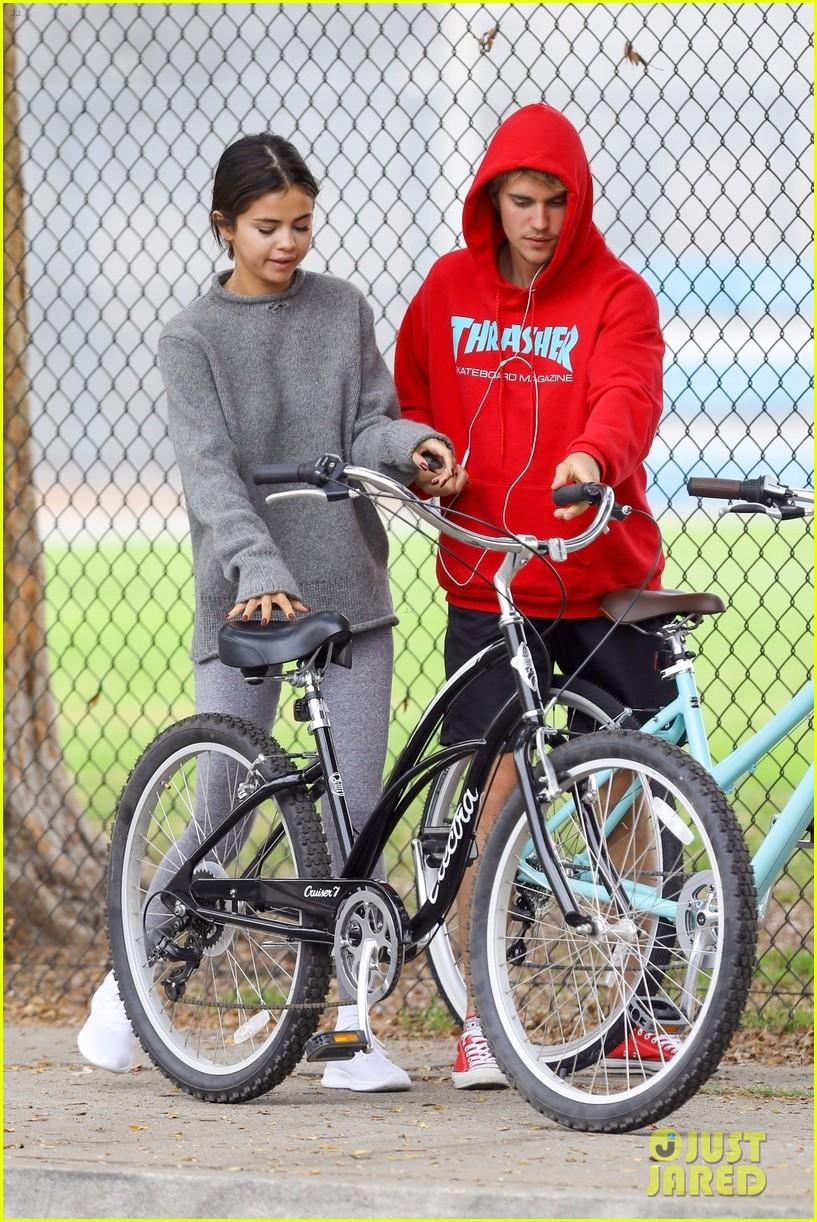 ¿Cuánto mide Selena Gomez? - Altura - Real height Justin-bieber-selena-gomez-bike-ride-together-57
