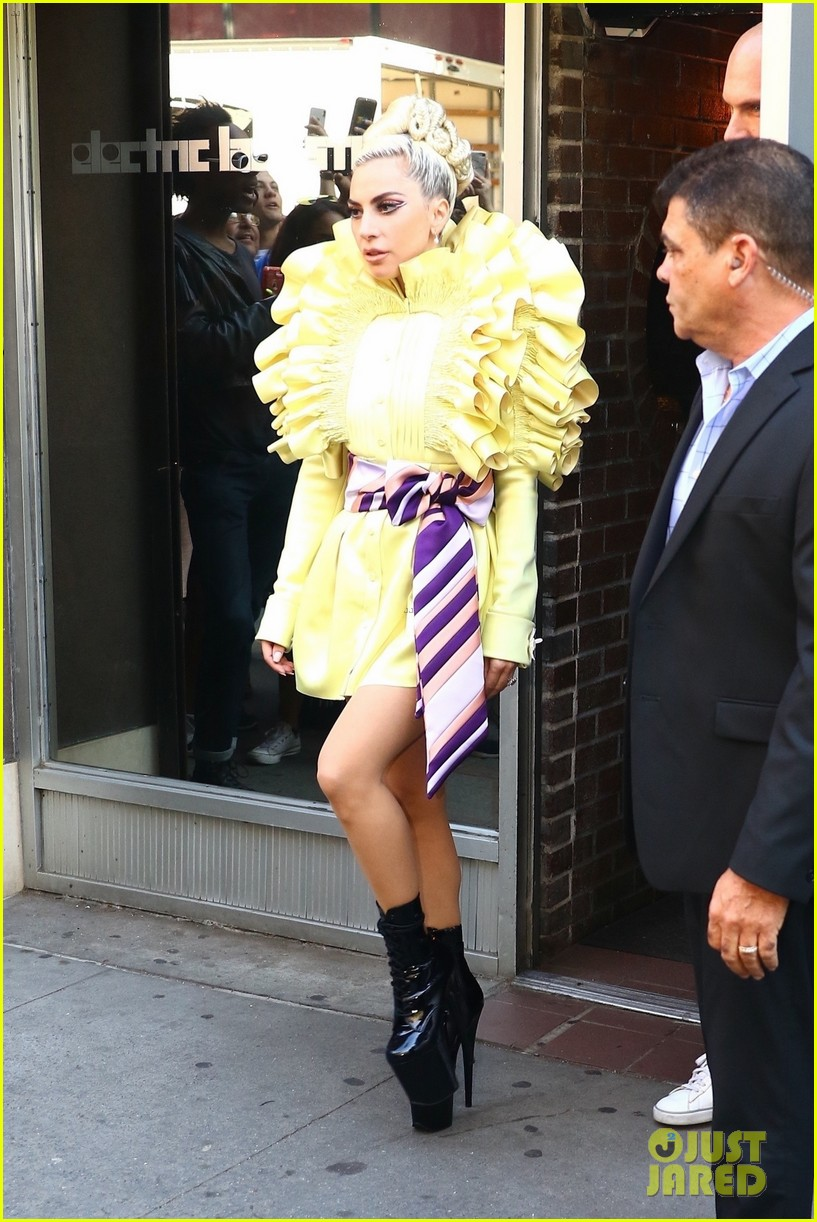 4 - Lady Gaga - Σελίδα 10 Lady-gaga-christian-carino-nyc-studio-yellow-may-2018-02