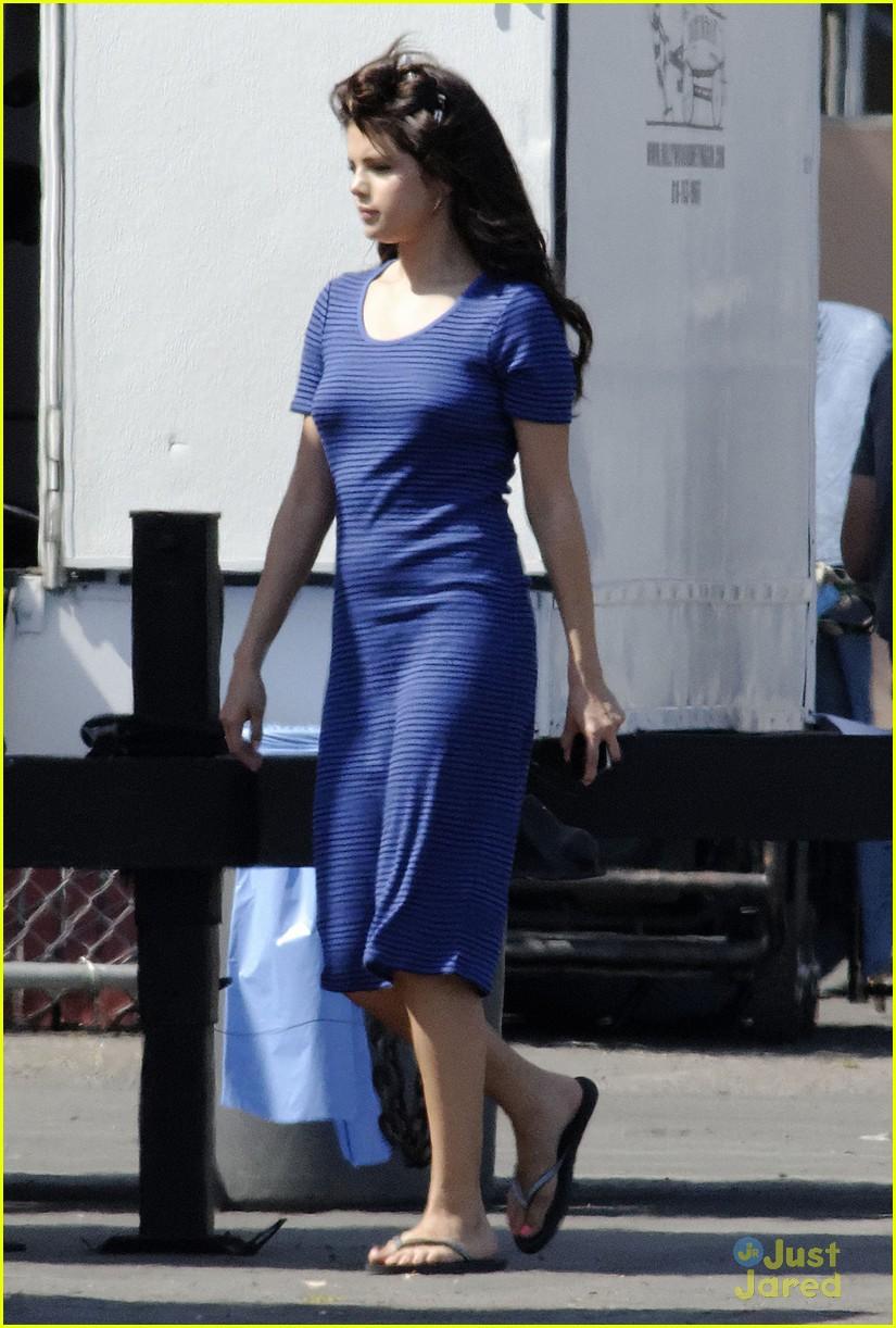Selena Gomez[5] - Page 3 Selena-gomez-hair-curlers-on-parental-guidance-set-03