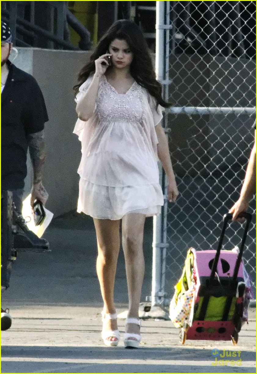 Selena Gomez[5] - Page 3 Selena-gomez-hair-curlers-on-parental-guidance-set-05
