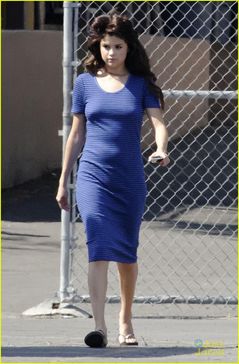 Selena Gomez[5] - Page 3 Selena-gomez-hair-curlers-on-parental-guidance-set-12