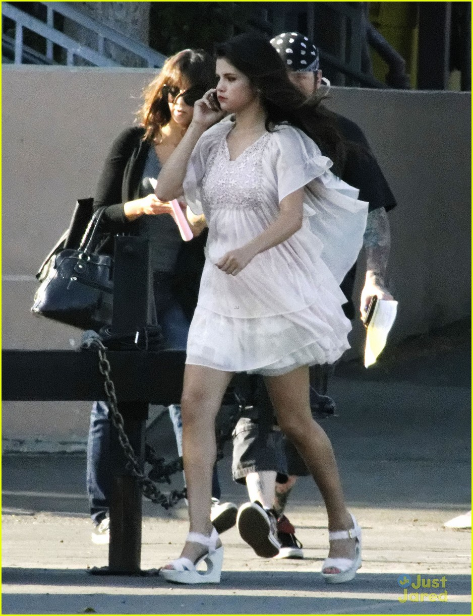 Selena Gomez[5] - Page 3 Selena-gomez-hair-curlers-on-parental-guidance-set-22