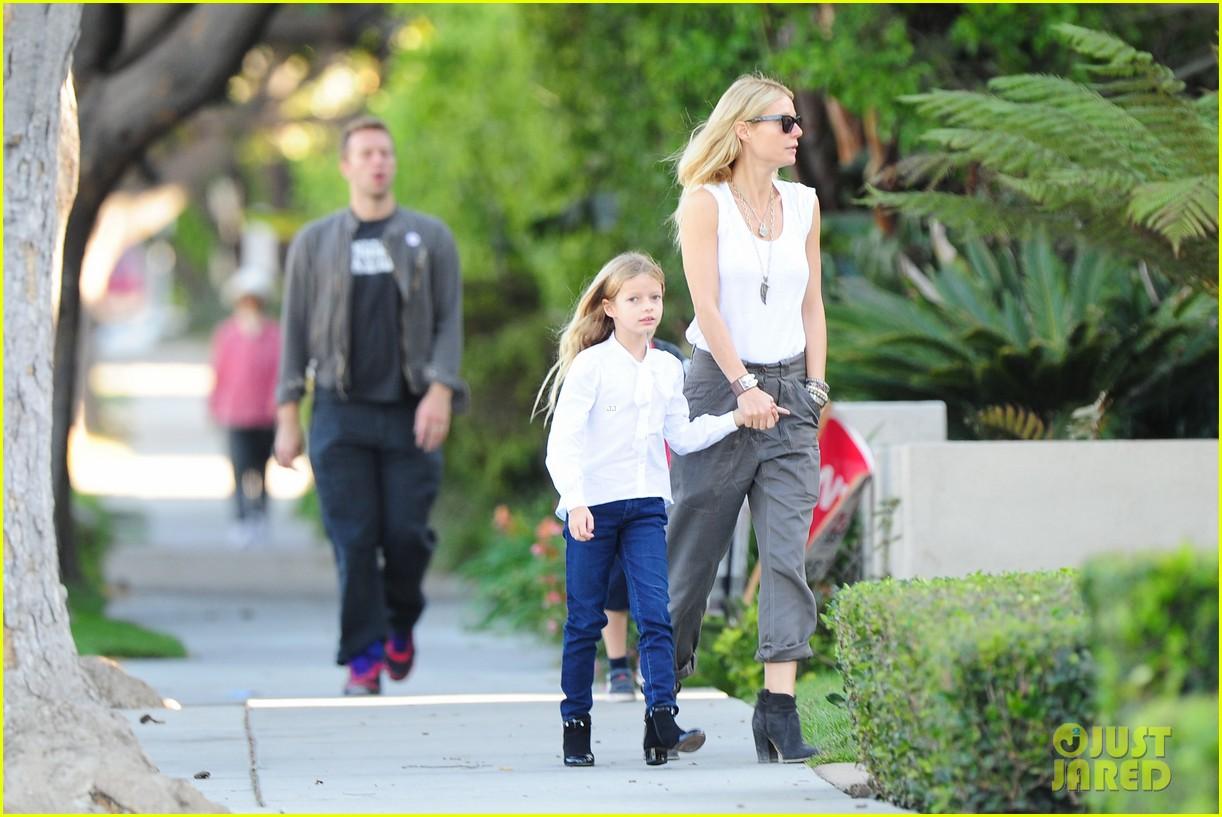 Gwyneth Paltrow / Гвинет Пэлтроу - Страница 4 Gwyneth-paltrow-chris-martin-family-walk-to-school-03