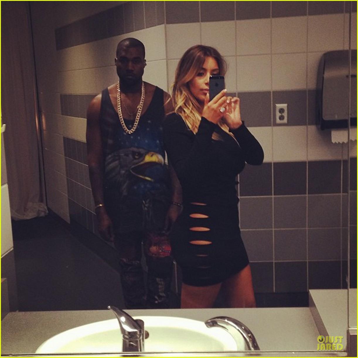 Il Selfie: moda/mania?!! Kim-kardashian-bathrrom-selfie-with-kanye-west-03