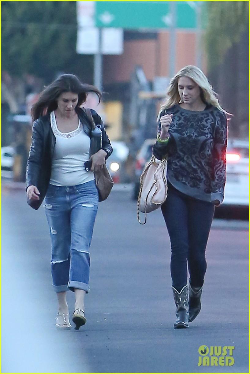Kesha >> Galería [Candids, apariciones, paparazzi, etc.] - Página 11 Kesha-steps-out-in-hollywood-for-a-girls-night-01