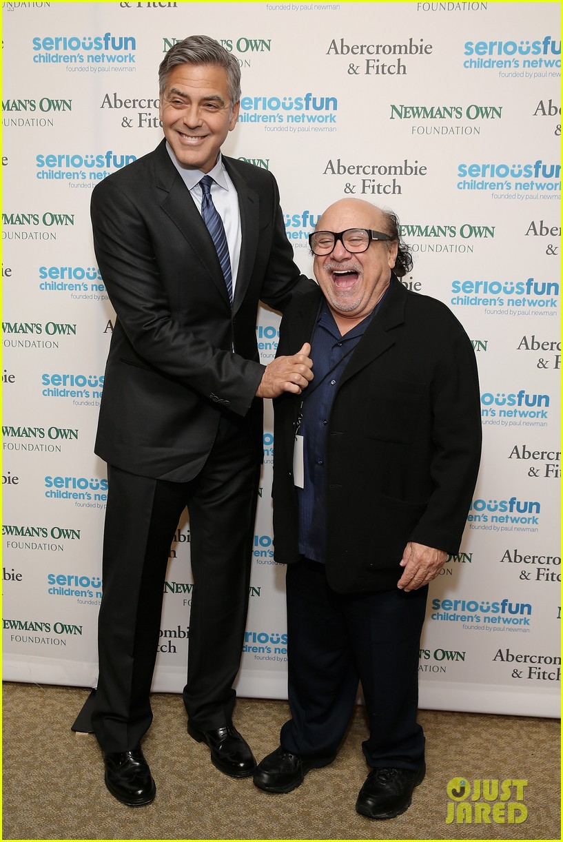 ¿Cuánto mide Danny Devito? - Altura - Real height George-clooney-towers-over-danny-devito-05