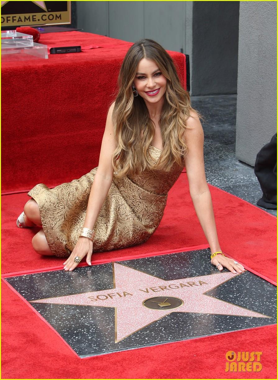Sofia Vergara y su estrella en el paseo de la fama!  Sofia-vergara-hollywood-walk-of-fame-09
