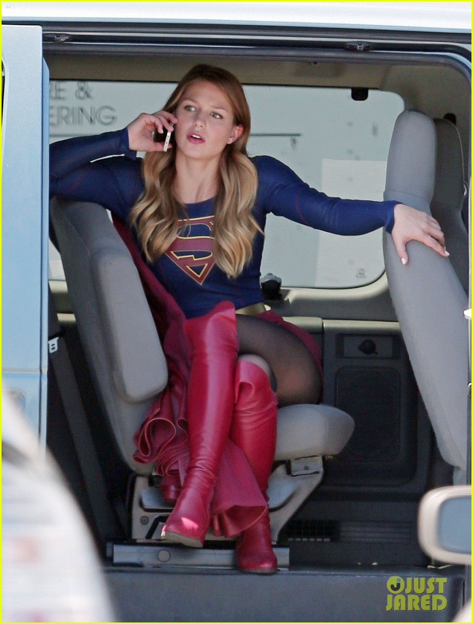 Melissa Benoist Proves Supergirl's Normal Activities Are Awesome Melissa-benoist-is-still-addicted-to-her-gameboy-01