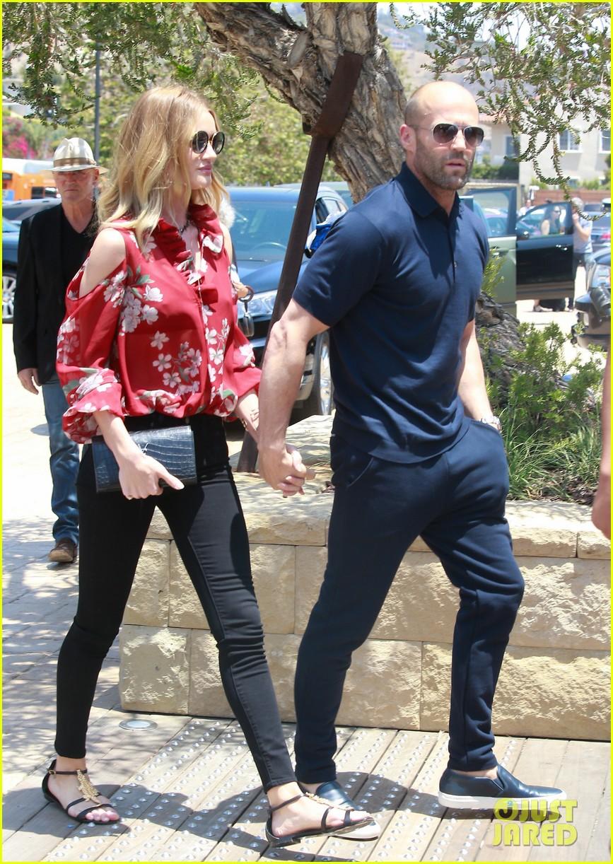 ¿Cuánto mide Jason Statham? - Altura - Real height - Página 3 Rosie-huntington-whiteley-jason-statham-hold-hands-malibu-07
