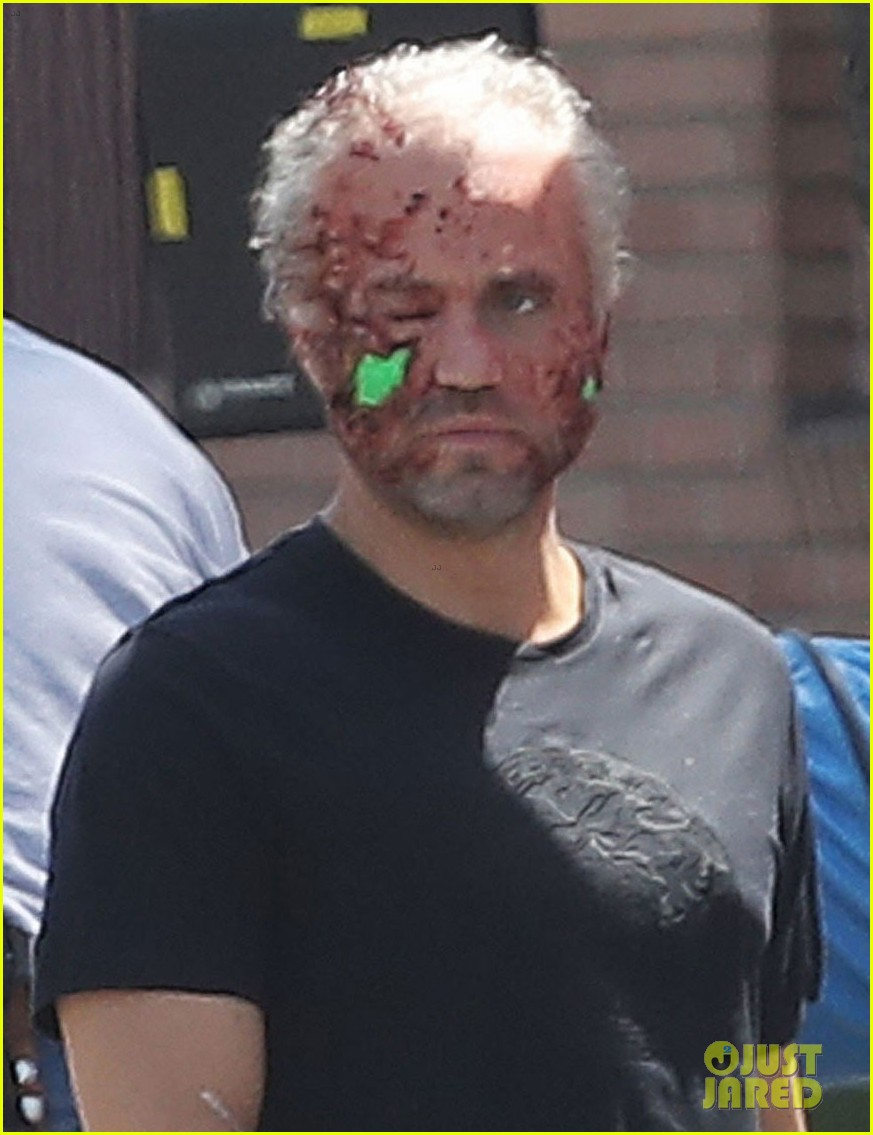 Singer - The Assassination of Gianni Versace:  American Crime Story - Page 2 Edgar-ramirez-face-is-bloodied-beat-up-versace-set-02