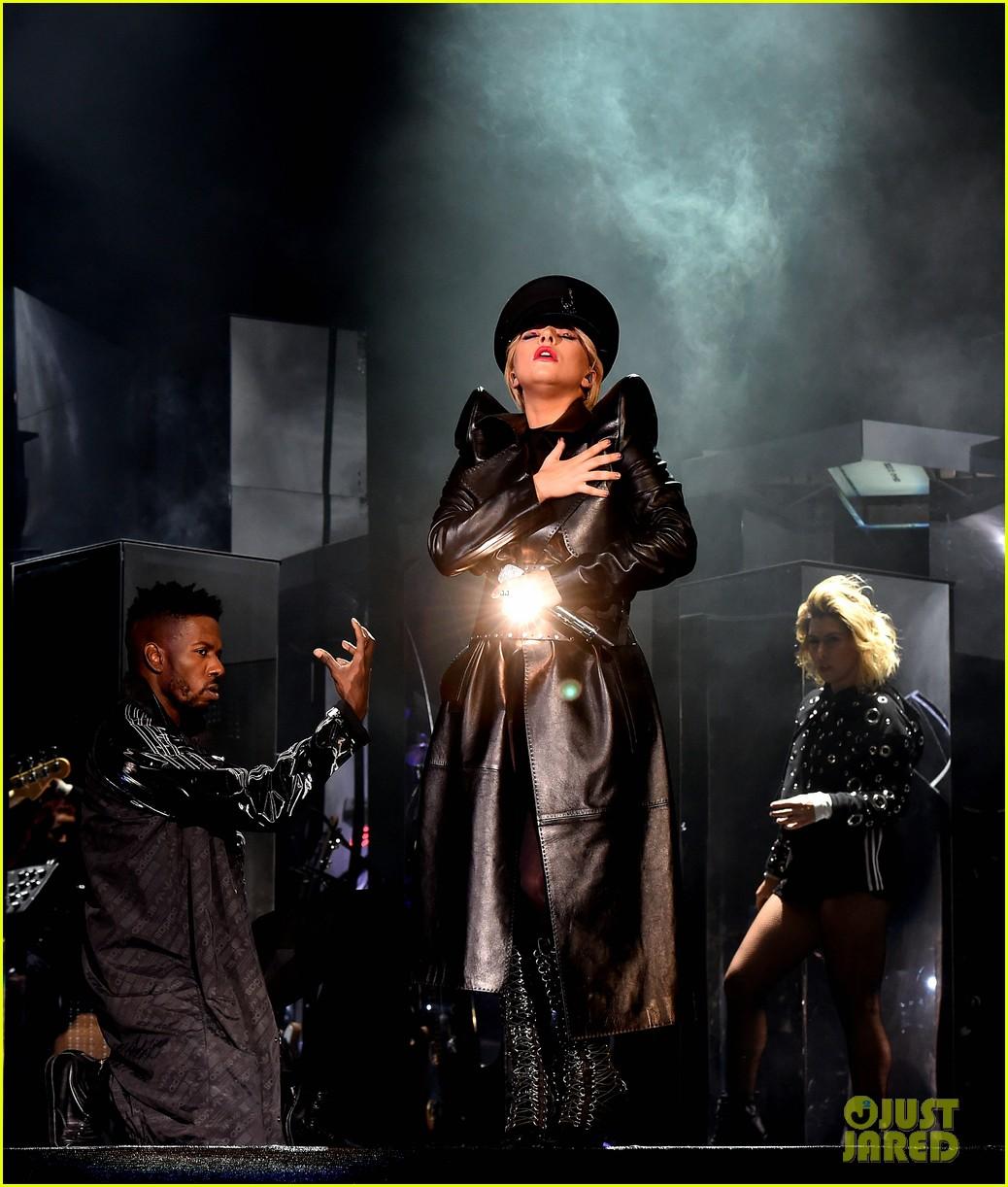 GloriaGaynor - Lady Gaga - Σελίδα 3 Lady-gaga-coachella-fashion-01