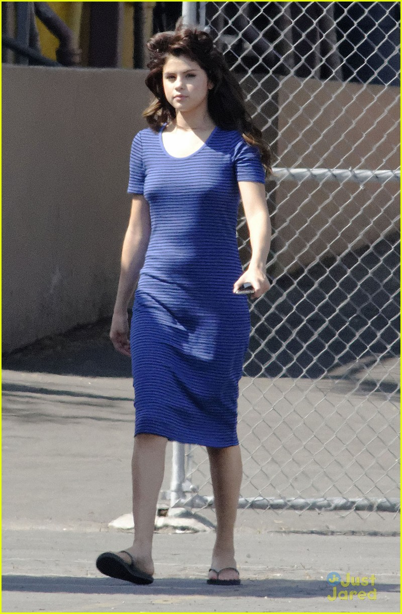 Selena Gomez[5] - Page 2 Selena-gomez-hair-curlers-on-parental-guidance-set-01