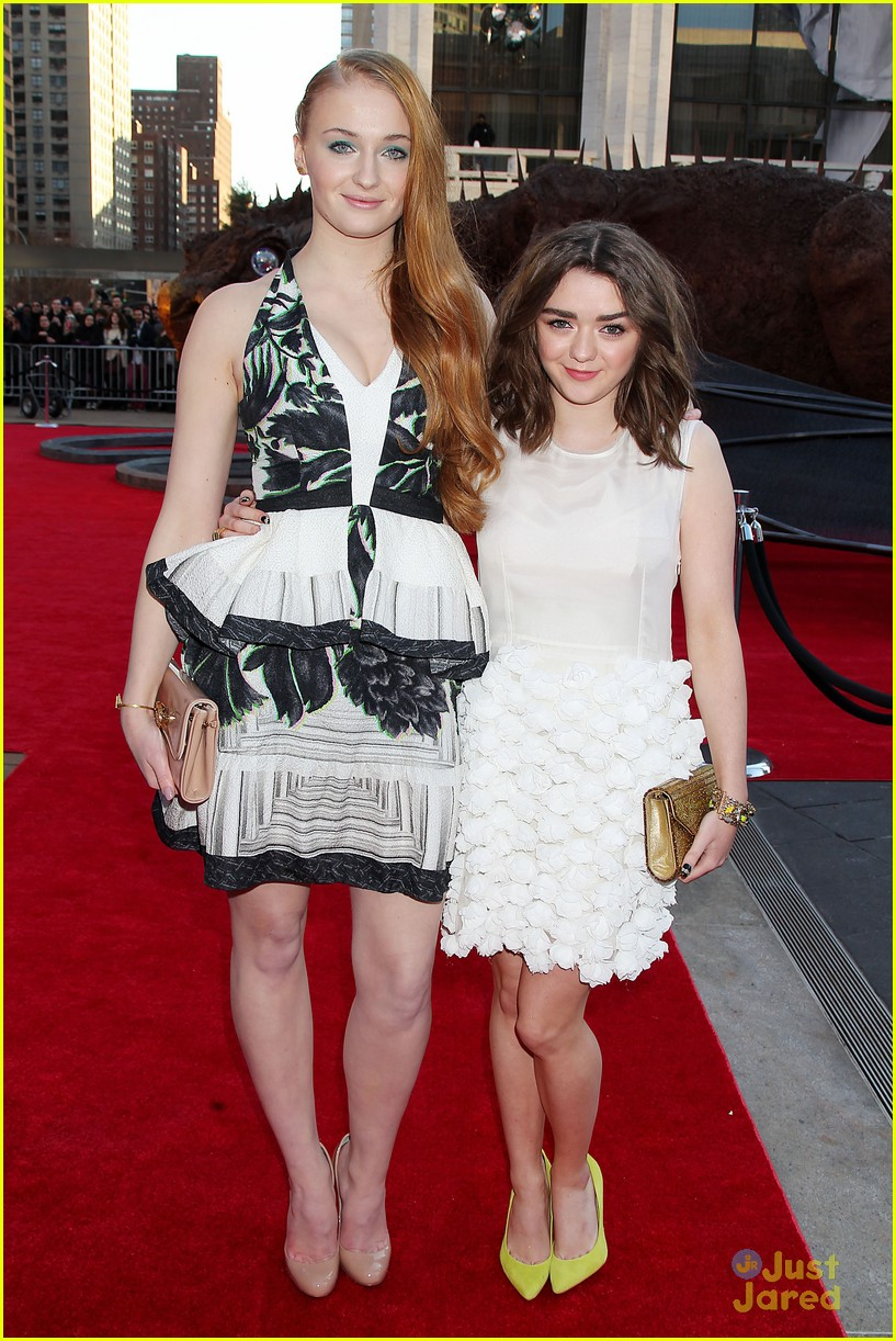 ¿Cuánto mide Maisie Williams? - Real height Sophie-turner-maisie-williams-game-of-thrones-season-4-nyc-premiere-10