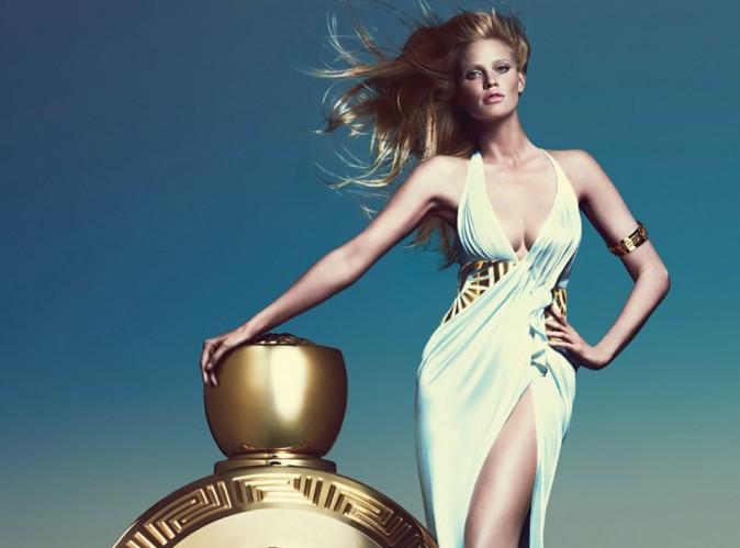 les éléments - Page 10 Lara-Stone-veritable-deesse-pour-le-nouveau-parfum-Versace_portrait_w674