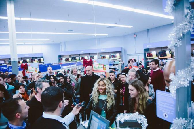 Discussion sur l' Etoile de TF1 du 11 décembre   2014 - Page 6 Beyonce-en-visite-surprise-dans-un-magasin-Walmart-de-Tewksbury-Massachusetts-le-20-decembre-2013_portrait_w674