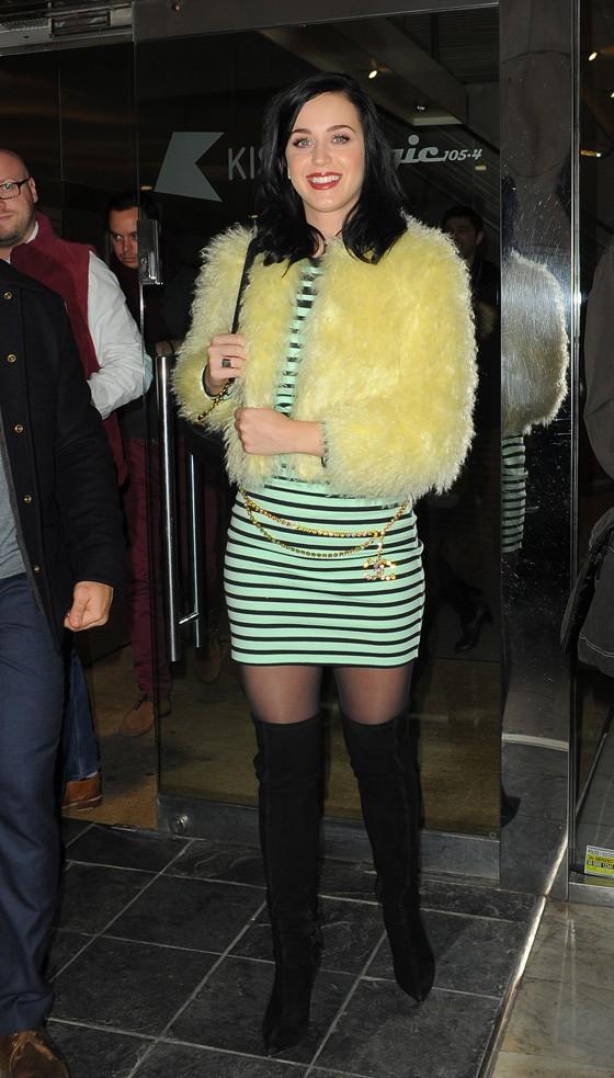 les éléments - Page 34 Katy-Perry-a-la-sortie-de-la-radio-KIss-FM-a-Londres-le-10-decembre-2013_portrait_w674