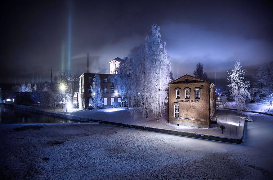 "Photographer Captures Amazing ""Pillars Of Light"" 6"