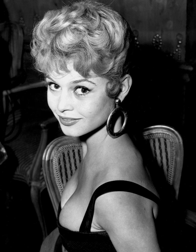 Brižit Bardo Le-chignon-retro-de-Brigitte-Bardot-en-1951