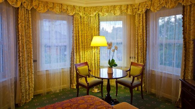 Castle Club al Disneyland Hotel N019101_2021sep01_disneyland-hotel-junior-suite_16-9