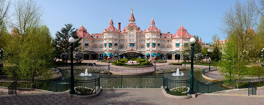 Disneyland Hotel ***** N011033_2018juil04_disneyland-hotel-ouside_900-360