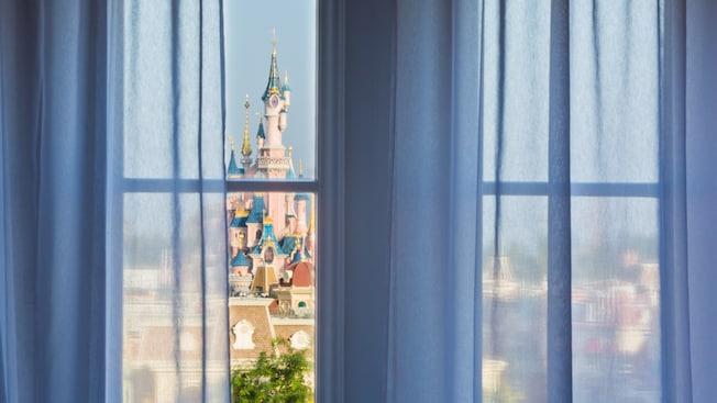 Castle Club al Disneyland Hotel N018927_2021sep01_disneyland-hotel-castle-club-park-view-rooms-for-two-people_16-9