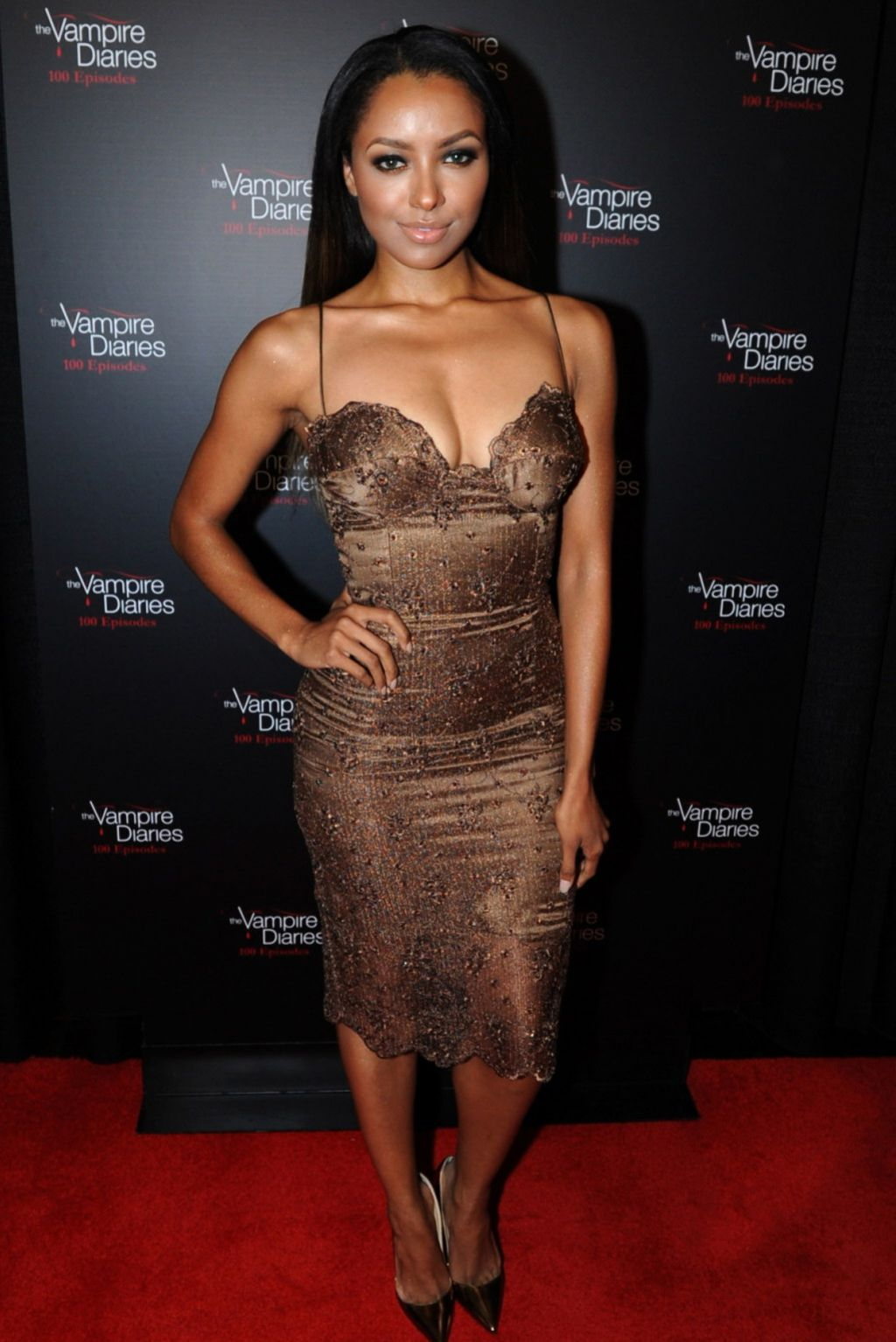 ¿Cuánto mide Kat Graham? - Real height Kat-graham-on-red-carpet-the-vampire-diaries-100th-episode-celebration_1