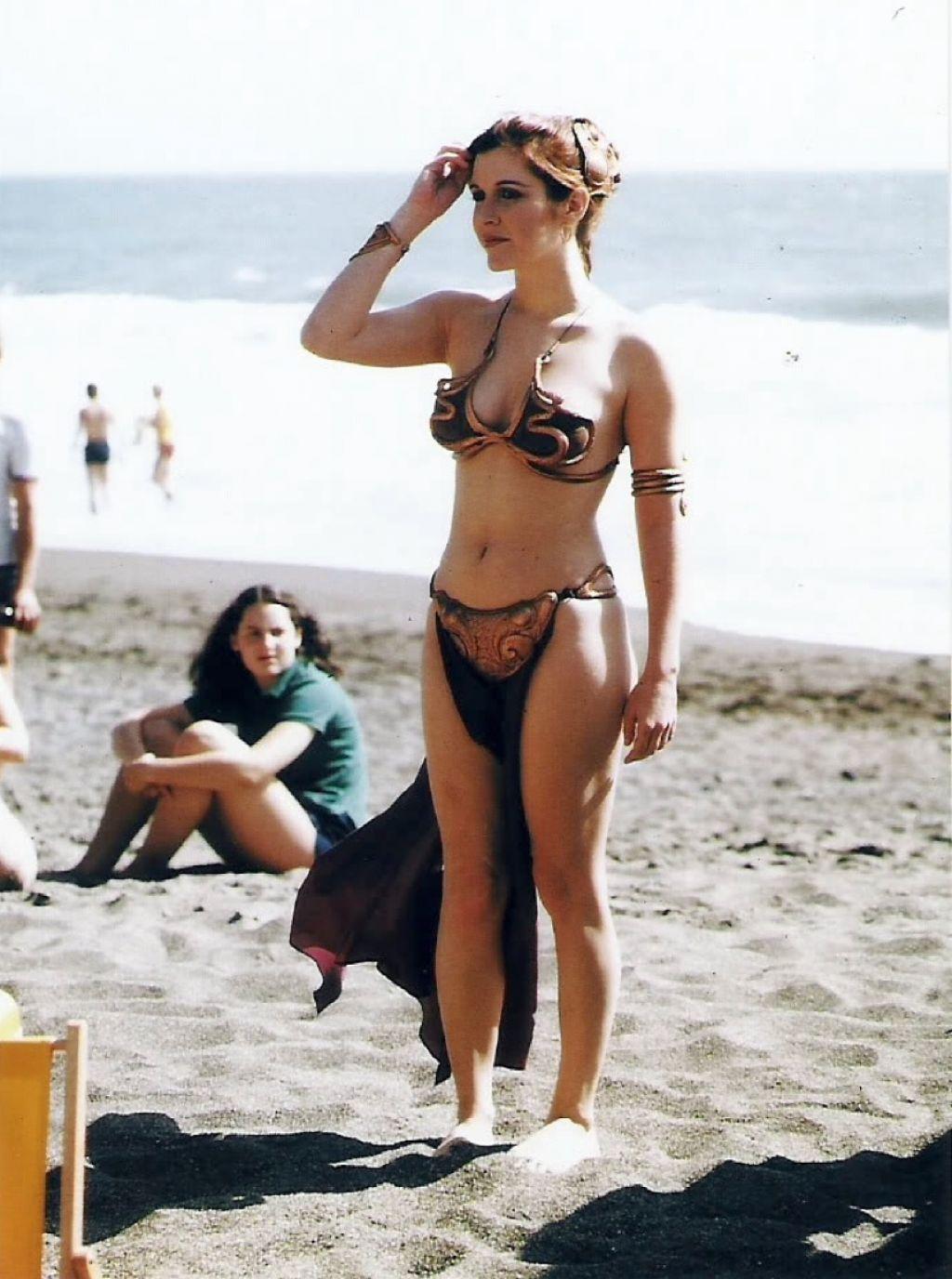 Actrices en bikini Carrie-fisher-in-golden-bikini-rolling-stone-magazine-summer-1983_10