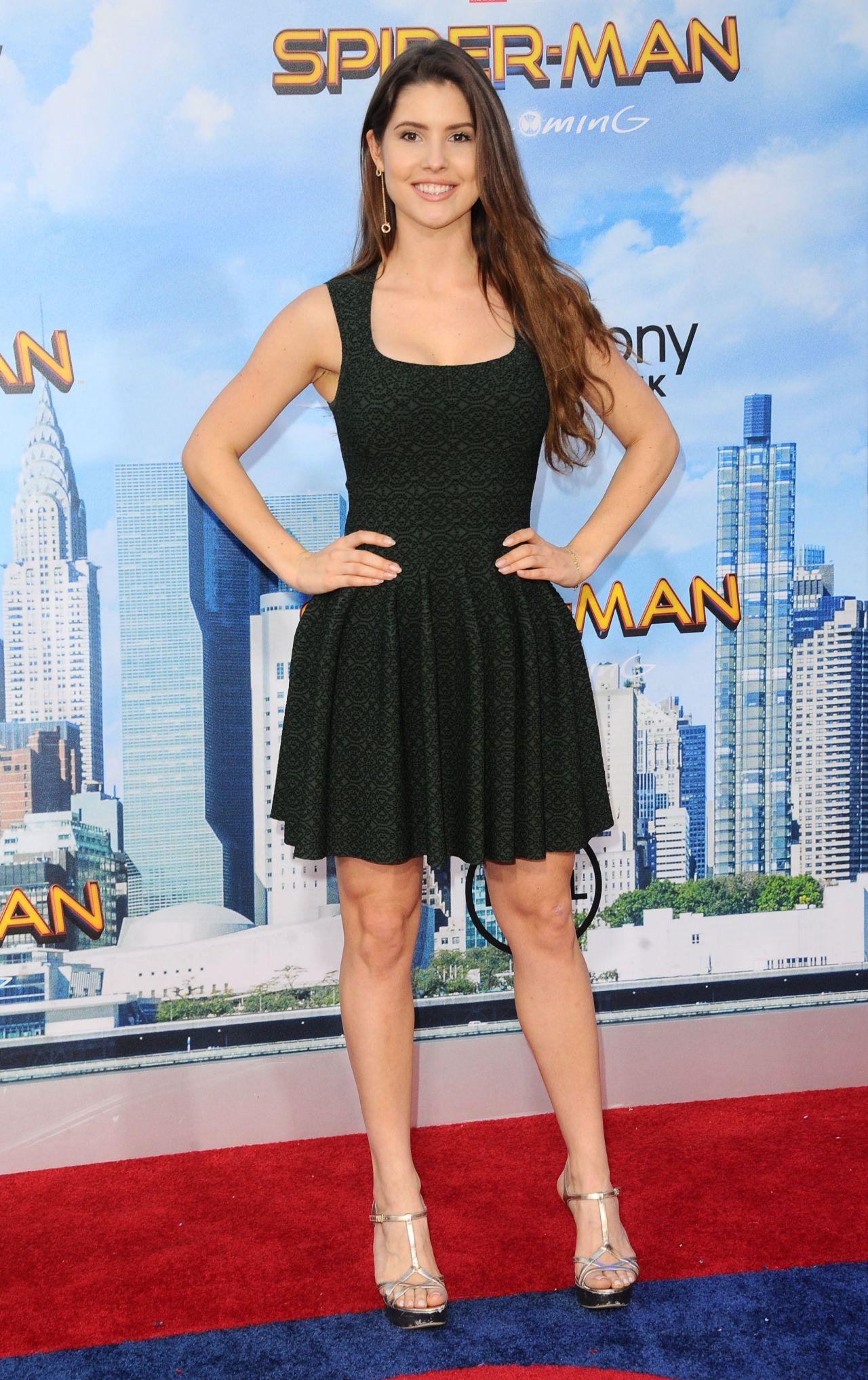 ¿Cuánto mide Amanda Cerny? - Real height Amanda-cerny-spider-man-homecoming-premiere-in-hollywood-06-28-2017-6