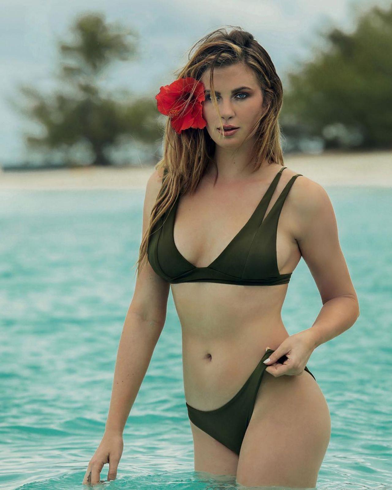 Combats des chixx #14 Ireland-baldwin-in-bikini-social-media-pics-07-11-2017-1
