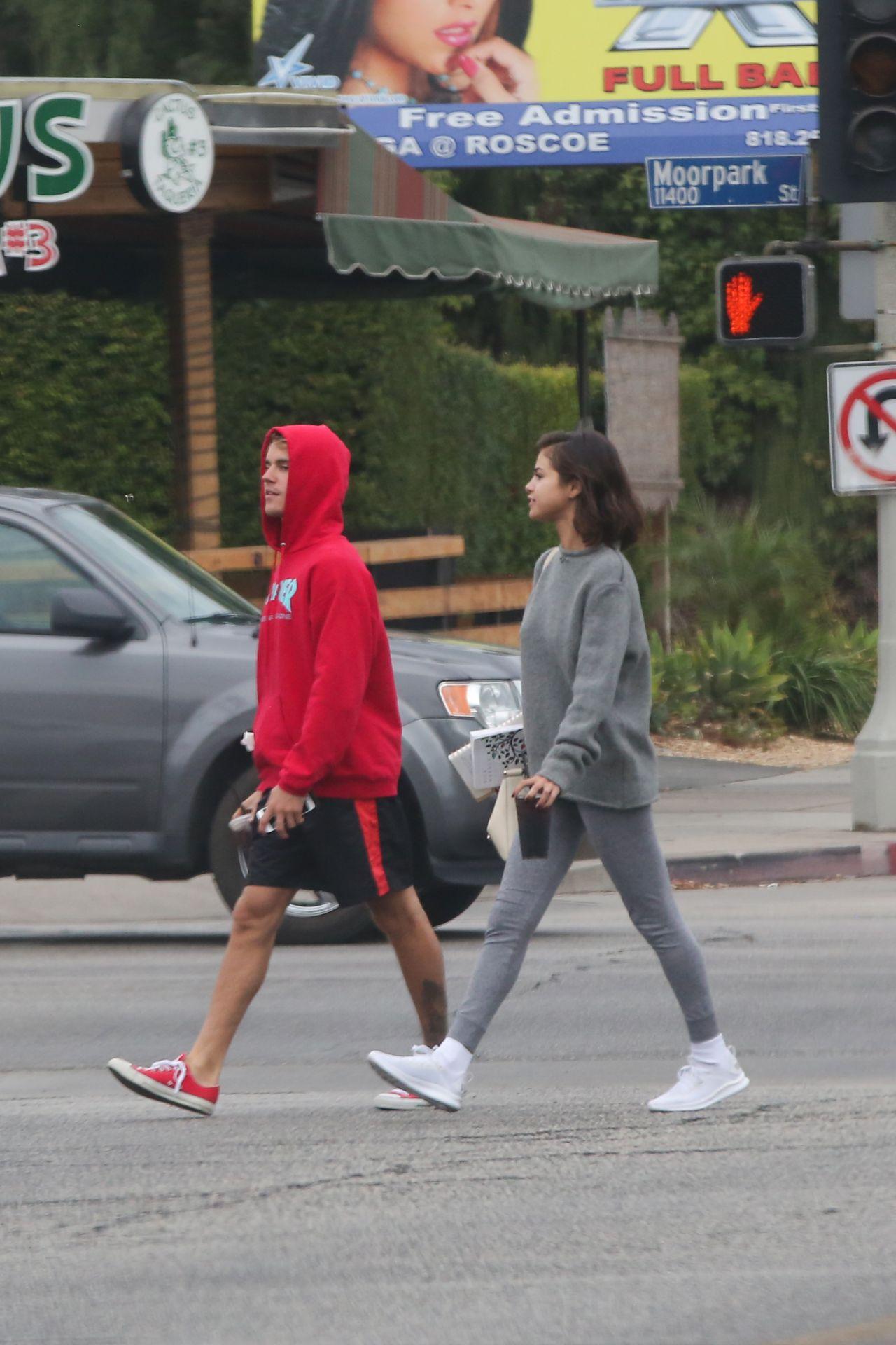 ¿Cuánto mide Selena Gomez? - Altura - Real height Selena-gomez-goes-for-a-walk-with-justin-bieber-in-la-11-01-2017-0