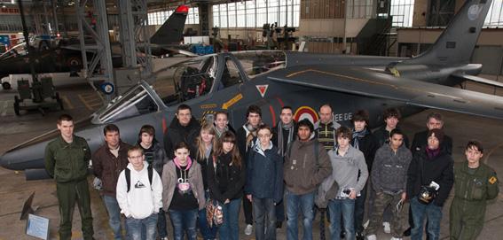 Les élèves du BIA visitent la BA 705 de Tours. Photo_groupe_ba_705_web