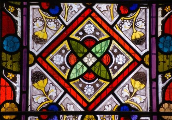 الزجاج الملون 104880-600x418-intricate-stained-glass-window